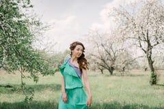 一种好心情的可爱的女孩在春天在一个开花的苹果的或 库存图片