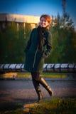 一种好心情的美丽的少妇走在公园的 库存图片