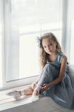 一种嬉戏的心情的一位小可爱的年轻芭蕾舞女演员在相互 库存图片