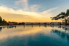 一种手段的游泳池在土井美斯乐的能看到茶园和高山 免版税库存图片