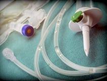 一种水滴灌溉设备的橡胶细节在医院手术台里 免版税库存图片