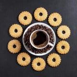 一种油脂含量较高的酥饼和咖啡 免版税库存照片
