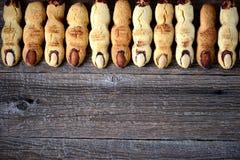 一种油脂含量较高的酥饼`巫婆` s手指` -背景,顶视图,拷贝空间 免版税库存照片