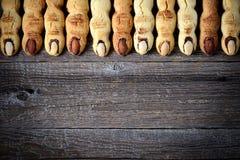一种油脂含量较高的酥饼`巫婆` s手指` -背景,顶视图,拷贝空间 库存照片