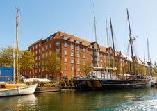 一种渠道的看法在中央哥本哈根在春天晴天 免版税库存照片