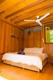 一种热带手段的卧室 免版税库存照片