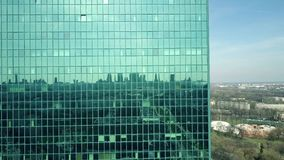 一种现代办公楼门面反射的都市风景的空中射击在一个晴天 免版税图库摄影
