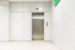 一种空的现代电梯或推力与是开放的金属门 图库摄影