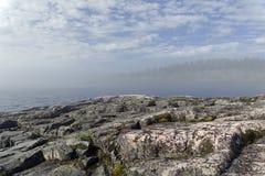 一种罕见的天气现象-湖的表面上的一朵云彩  库存照片