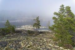 一种罕见的天气现象-湖的表面上的一朵云彩  免版税库存照片