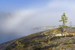 一种罕见的天气现象-湖的表面上的一朵云彩  免版税库存图片