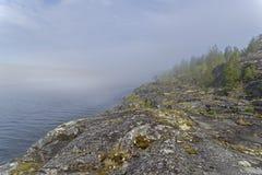 一种罕见的天气现象-湖的表面上的一朵云彩  库存图片