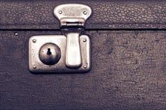 一种老手提箱黑暗的紫罗兰色颜色的闭合的锁 图库摄影