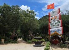 一种自然手段的受欢迎的横幅在一个海岛上的在芽庄市海滩城市,庆和省 免版税库存图片