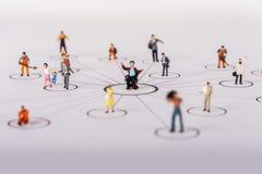 一种集体解答的概念对任何问题的 微型玩具工作者 免版税库存照片
