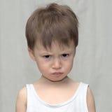 一种阴沉的心情的白种人男孩 库存图片