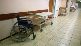 一种医疗设施的明亮,干净的走廊-沿墙壁是医疗床和轮椅 免版税图库摄影