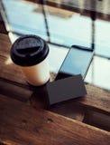 一空白的黑名片大模型木头表 拿走咖啡杯Coworking咖啡馆地方 现代电话工作办公室 免版税库存照片
