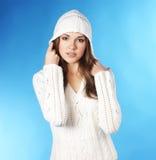 一空白hoodie的一名新和俏丽的妇女 免版税库存照片