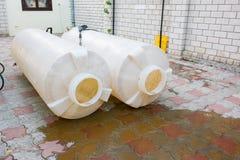 一立方米的清洁塑料坦克容量饮用水,肮脏的生锈的沉积 库存图片