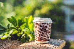 一纸杯用在老木背景的咖啡 免版税库存图片
