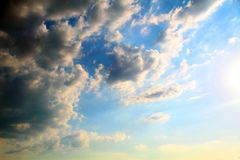 一美丽的天空蔚蓝的看法与积云的 免版税库存照片