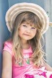 一美丽的女孩的画象帽子的 免版税库存照片