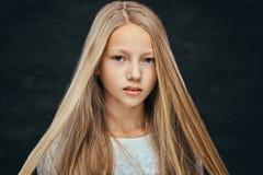 一美丽的少女的画象有看照相机的金发的 免版税库存照片