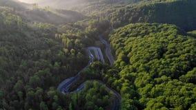 一美丽的山路的鸟瞰图 股票视频