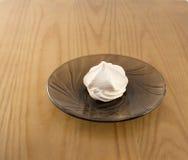一美丽,新鲜,甜蛋白甜饼茶在茶碟说谎 免版税图库摄影