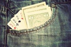 一美元细节钞票和啤牌卡片在口袋 库存照片