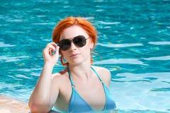 一美好妇女离开的画象游泳池 美丽的长的头发由蓝色水池水晒黑了式样摆在 免版税图库摄影