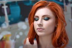 一美好妇女离开的画象游泳池 美丽的长的头发由蓝色水池水晒黑了式样摆在 免版税库存照片
