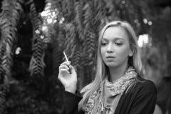 一美好少妇抽烟的画象 图库摄影