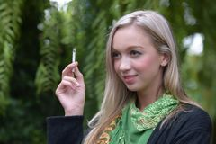 一美好少妇抽烟的画象 免版税库存图片