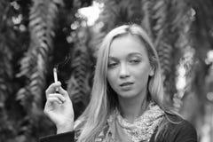 一美好少妇抽烟的画象 库存图片