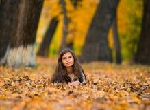一美好微笑的画象少年在秋天时间 库存图片
