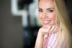 一美好白肤金发妇女微笑的画象 免版税图库摄影