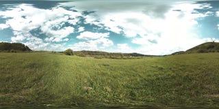 一美好的山草甸timelapse的360个VR在夏天或秋天时间的 云彩、绿草和太阳光芒 股票录像