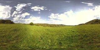 一美好的山草甸timelapse的360个VR在夏天或秋天时间的 云彩、绿草和太阳光芒 影视素材