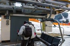 一群人下来坐与位子的滑雪电缆车在滑雪r 库存图片