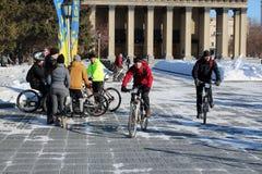 一群人乘坐在列宁广场的自行车的在新西伯利亚在歌剧院附近 免版税库存图片
