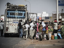 一群人在塞内加尔准备旅行由在一条路的公共交通工具 免版税库存照片