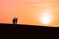 一群人的剪影走在撒哈拉大沙漠的 库存照片
