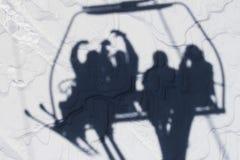 一群人的阴影坐滑雪电缆车 库存照片