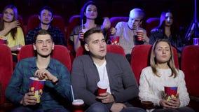 一群大人的特写镜头观看在戏院的一部可怕电影 股票视频
