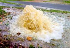 一老下水道破裂 免版税图库摄影