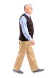 一老人走的全长纵向 免版税库存照片