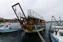 一老,生锈和被放弃的船`若虫`在内塞伯尔海口  图库摄影