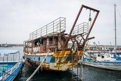 一老,生锈和被放弃的船`若虫`在内塞伯尔海口  免版税库存图片
